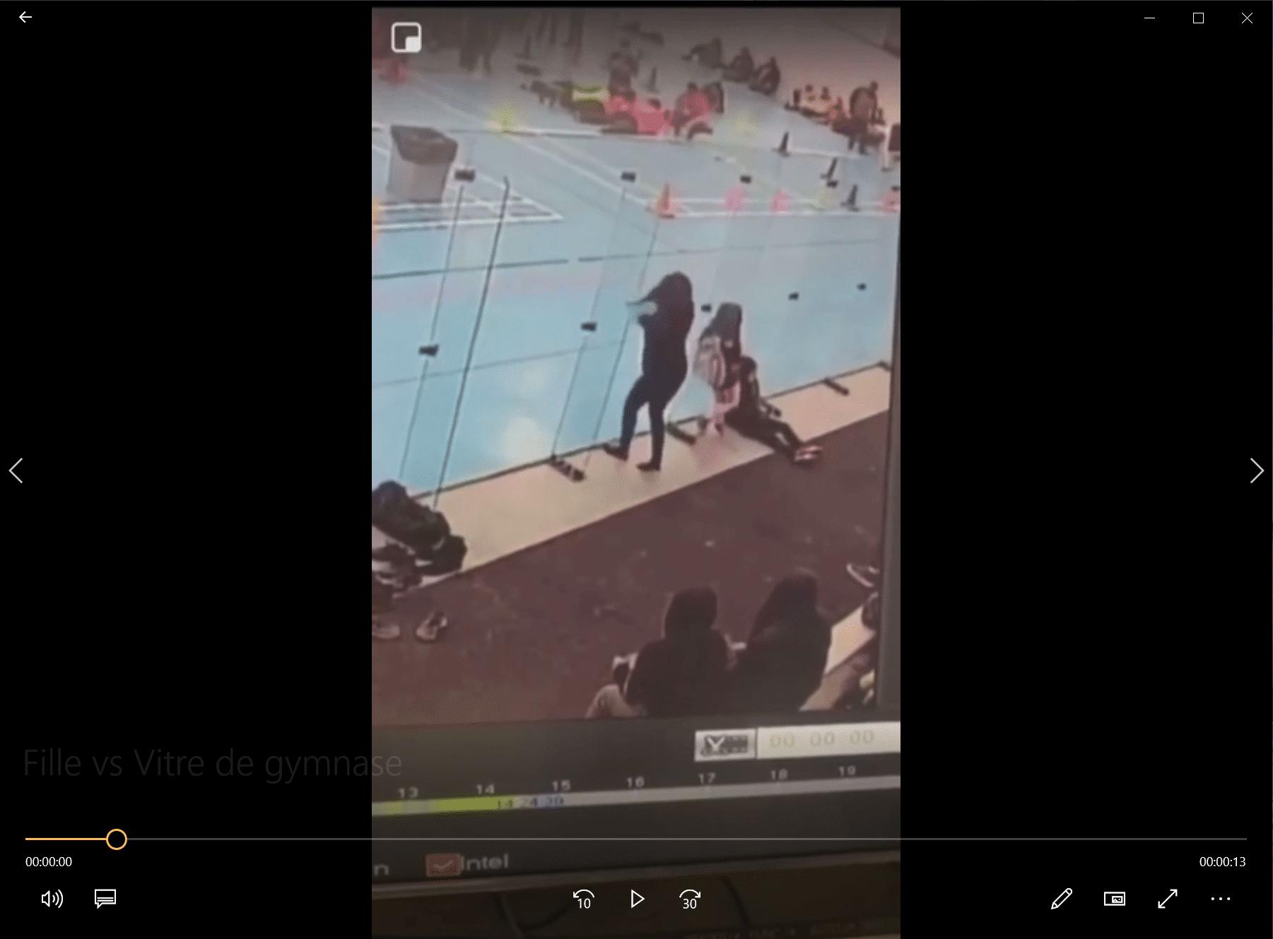 Fille vs Vitre de gymnase