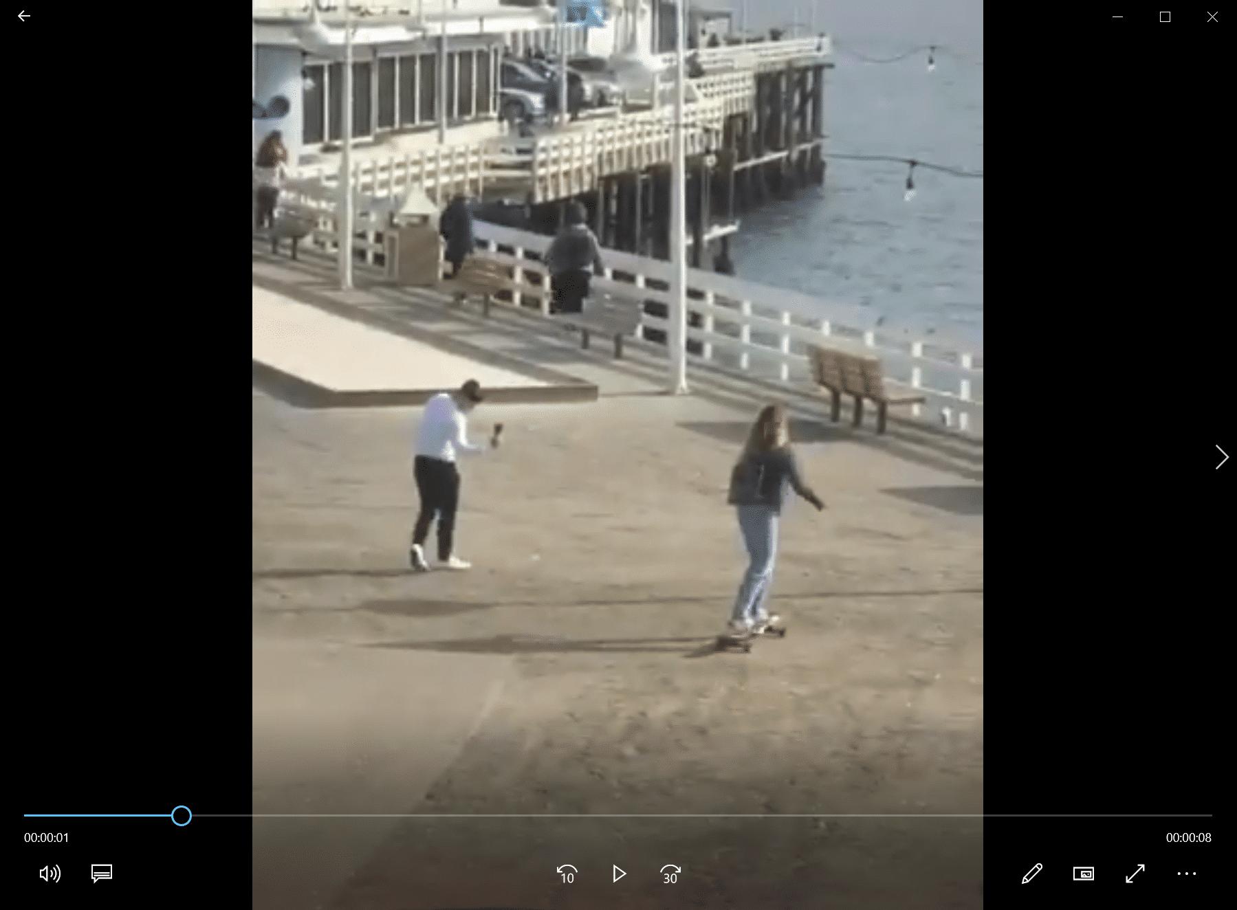 La copine de Régis fait du skateboard