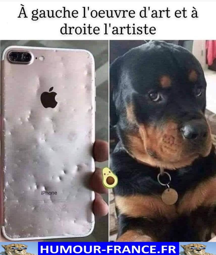 A gauche l'œuvre d'art et à droite l'artiste.